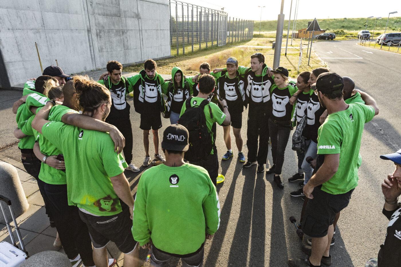 GORILLA Team umarmt sich vor dem Jugendgefaengnis Regis Breitingen.