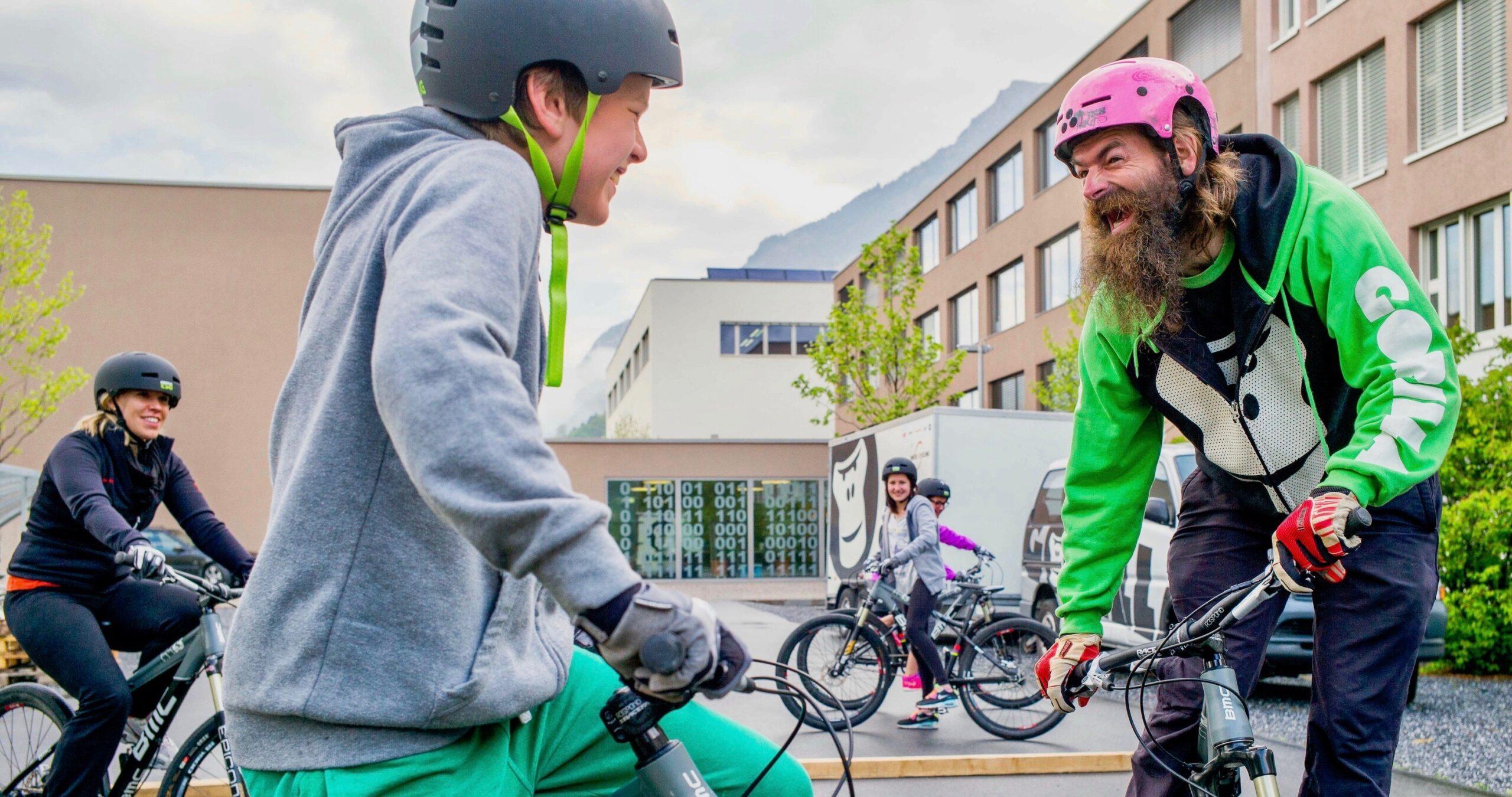 GORILLA Botschafter lacht ein Kind im Rahmen eines GORILLA Workshops im Biken an.