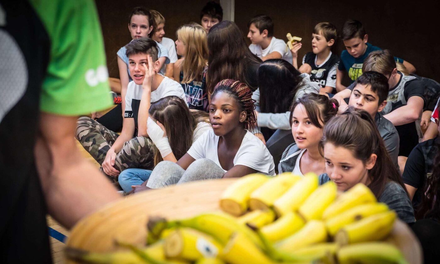 GORILLA Botschafter mit Bananen und einer Gruppe von Kids die gespannt auf den Start des GORILLA Workshops warten.