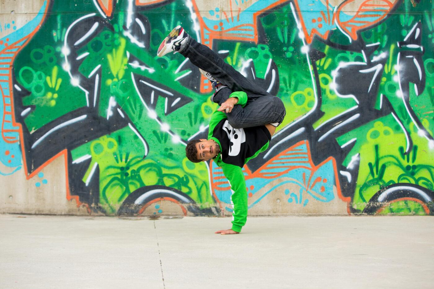 Ein GORILLA Botschafter zeigt einen Breakdancetrick.