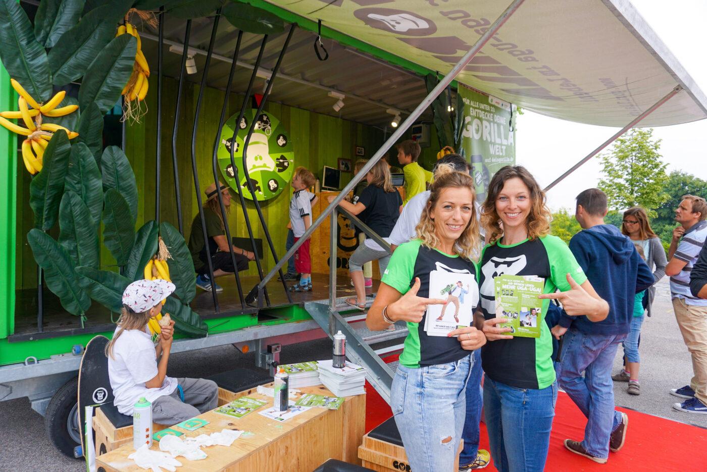 2 GORILLA Botschafterinnen vor dem GORILLA Eventcontainer an einem Event in Muenchen.