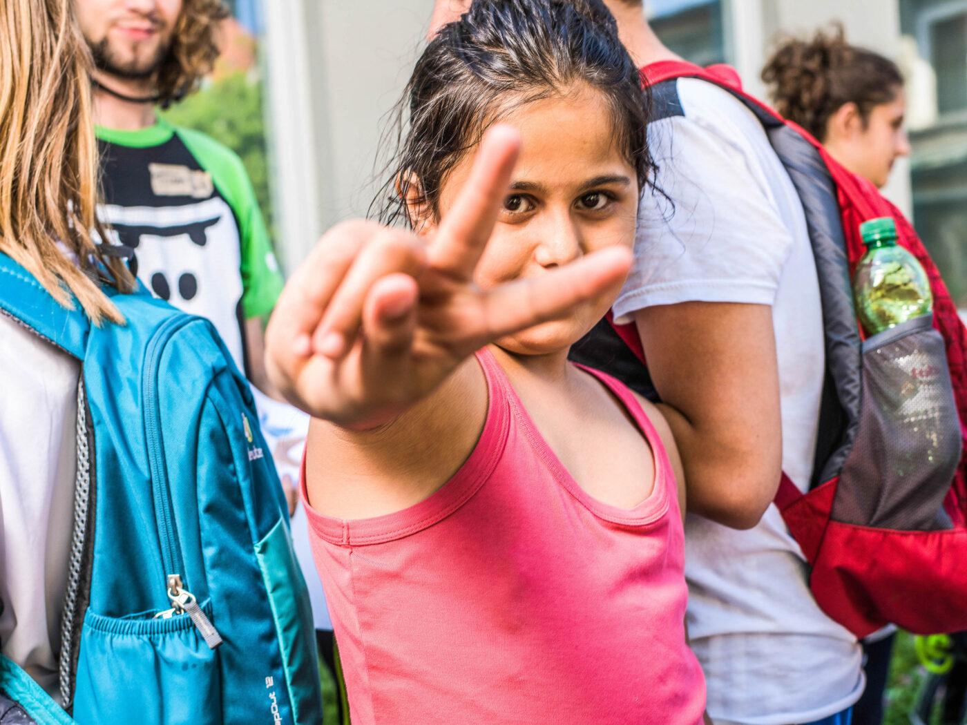 Ein Maedchen macht ein Peacezeichen im Rahmen eines GORILLA Workshops.