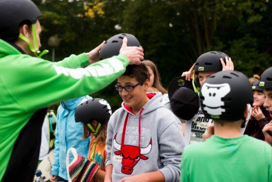 GORILLA Botschafter zieht einem Kind im Rahmen eines GORILLA Workshops einen Helm an.