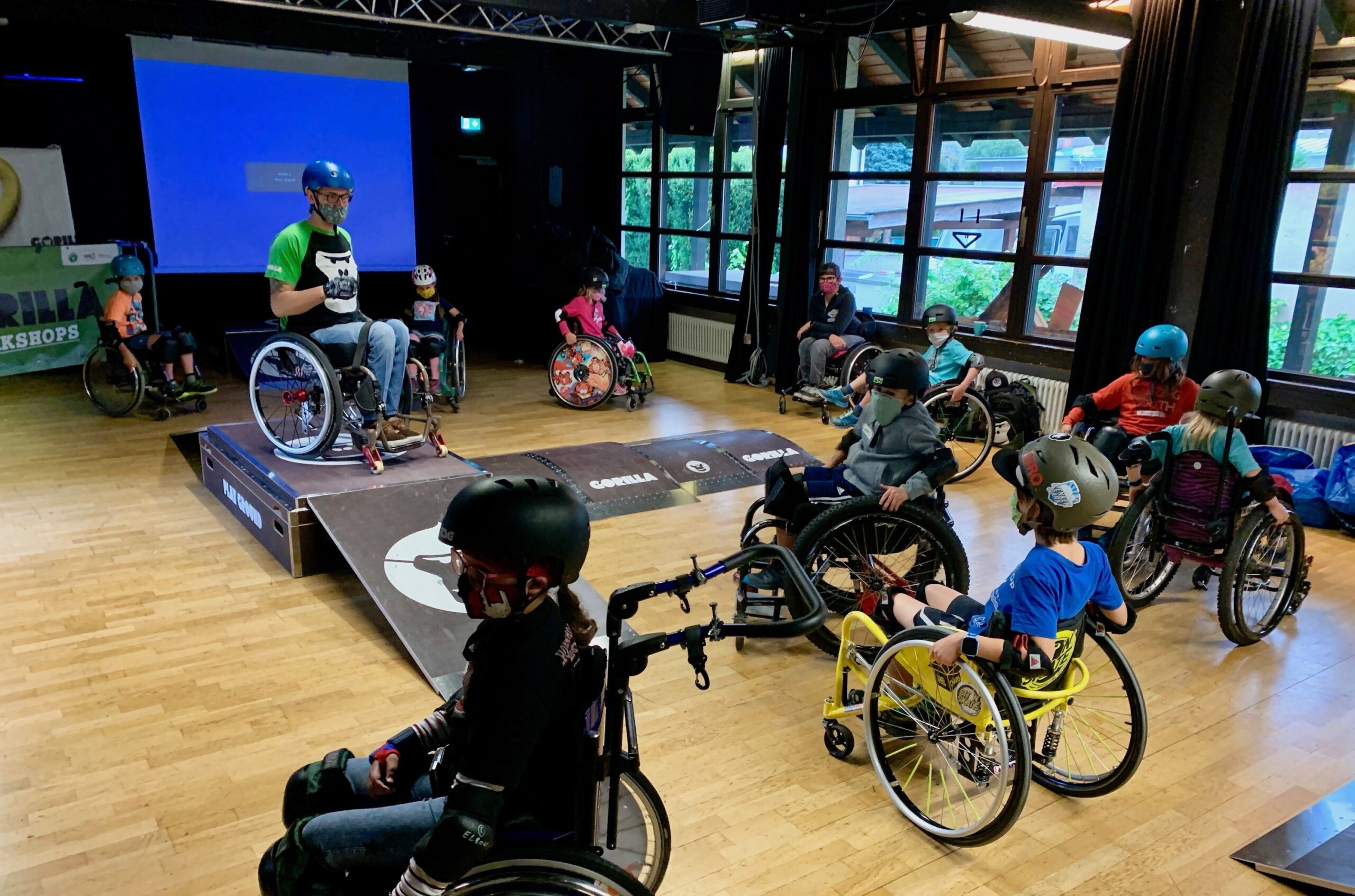 Kids auf Rollstuehlen im Rahmen eines GORILLA Inklusionsworkshops.