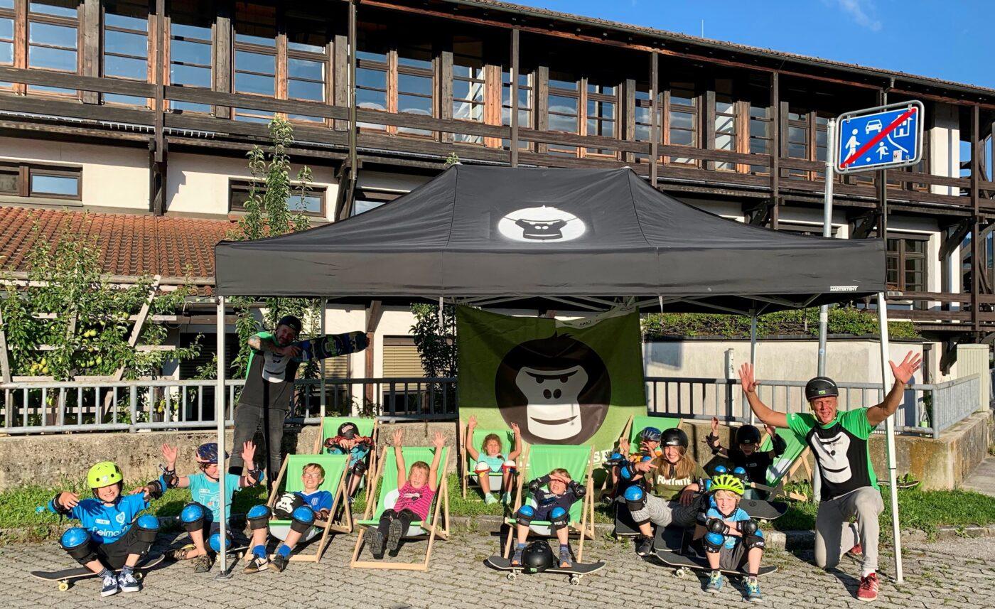 Gruppe von Kids mit Haenden in der Hoehe im Rahmen eines GORILLA Inklusionsworkshops.