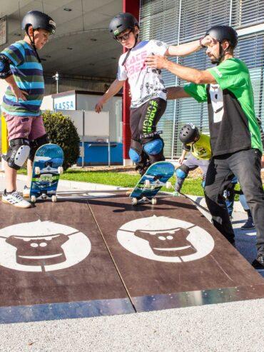 GORILLA Botschafter hilft 2 Knaben auf dem GORILLA Playground zu Skaten.