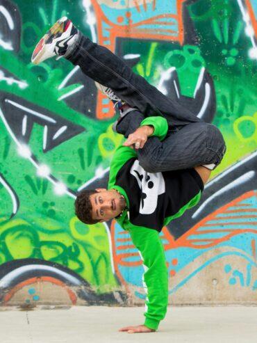GORILLA Botschafter der einen Breakdancetrick macht.