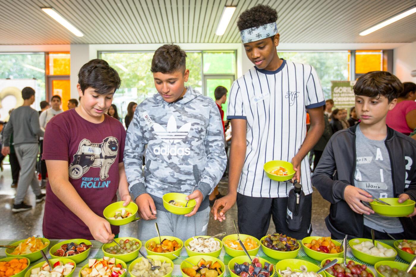 4 Jugendliche bedienen sich am GORILLA Mueslibuffet.