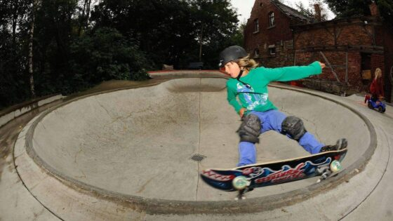 GORILLA Rookie Quentin Kupfer faehrt mit seinem Skateboard in einem Skatebowl.