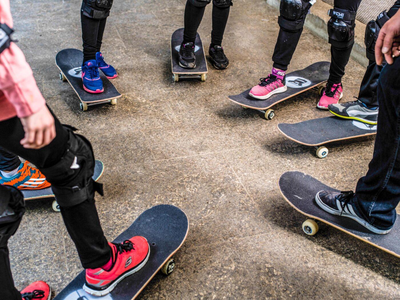 7 Skateboards in einem Kreis von begeisterten Schueler*innen im Rahmen eines GORILLA Workshops.