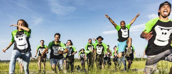 Ein Gruppenbild des GORILLA Team welches ueber eine gruene Wiese rennt.
