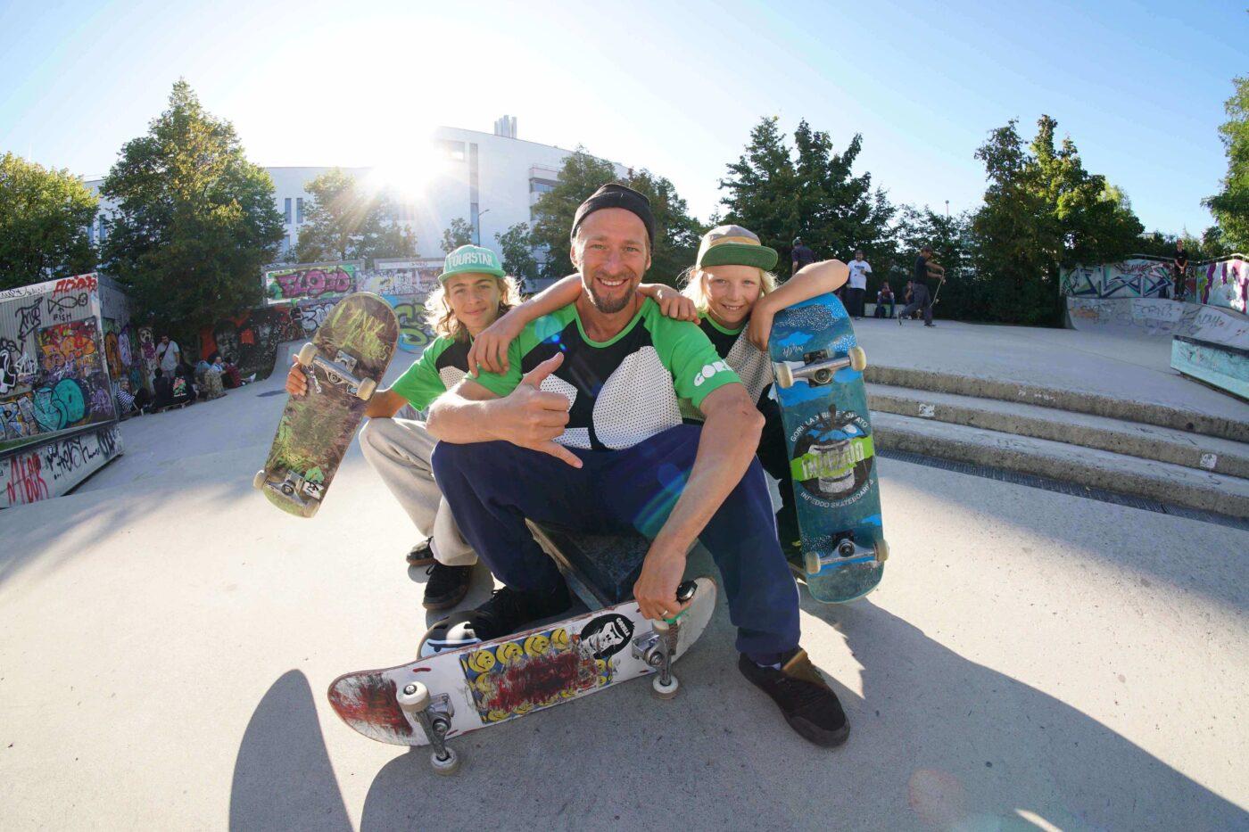 GORILLA Botschafter Tobias Kupfer und seine 2 Söhne die GORILLA Rookies lachen in einem Skatepark.